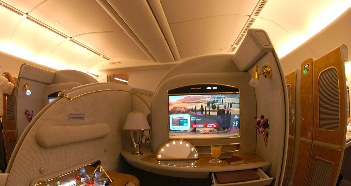 1280px-Emirates_Boeing_777-200LR_First_Class_Suite