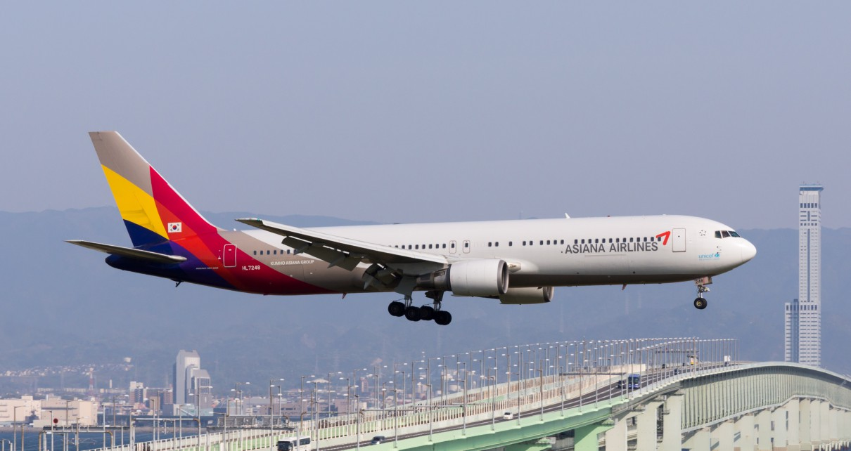Asiana_Airlines,_OZ114,_Boeing_767-38E,_HL7248,_Arrived_from_Seoul,_Kansai_Airport_(16567840033)